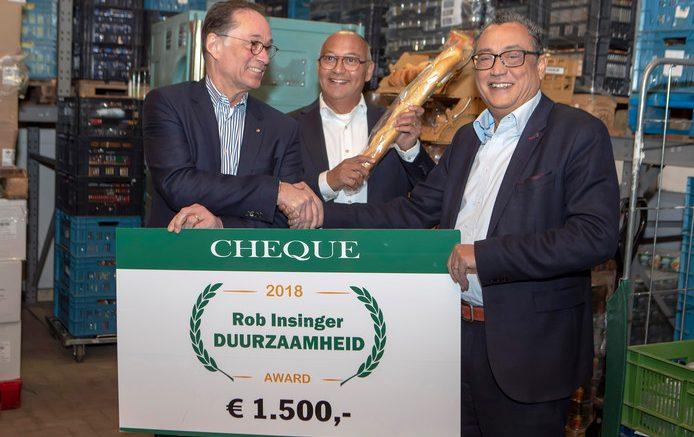 Jack van Miert (links) ontvangt een cheque uit handen van Ferry Samuels